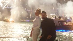 İstanbul gecesinde, denizde gezinti yapan Deryat üzerinde Boğaz Köprüsü manzarasında mutlu bir aile küçük kızlarıyla birlikte